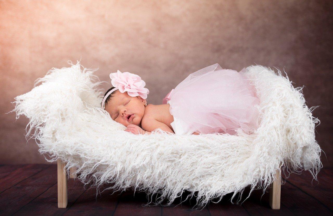 Bébé qui dort dans son lit