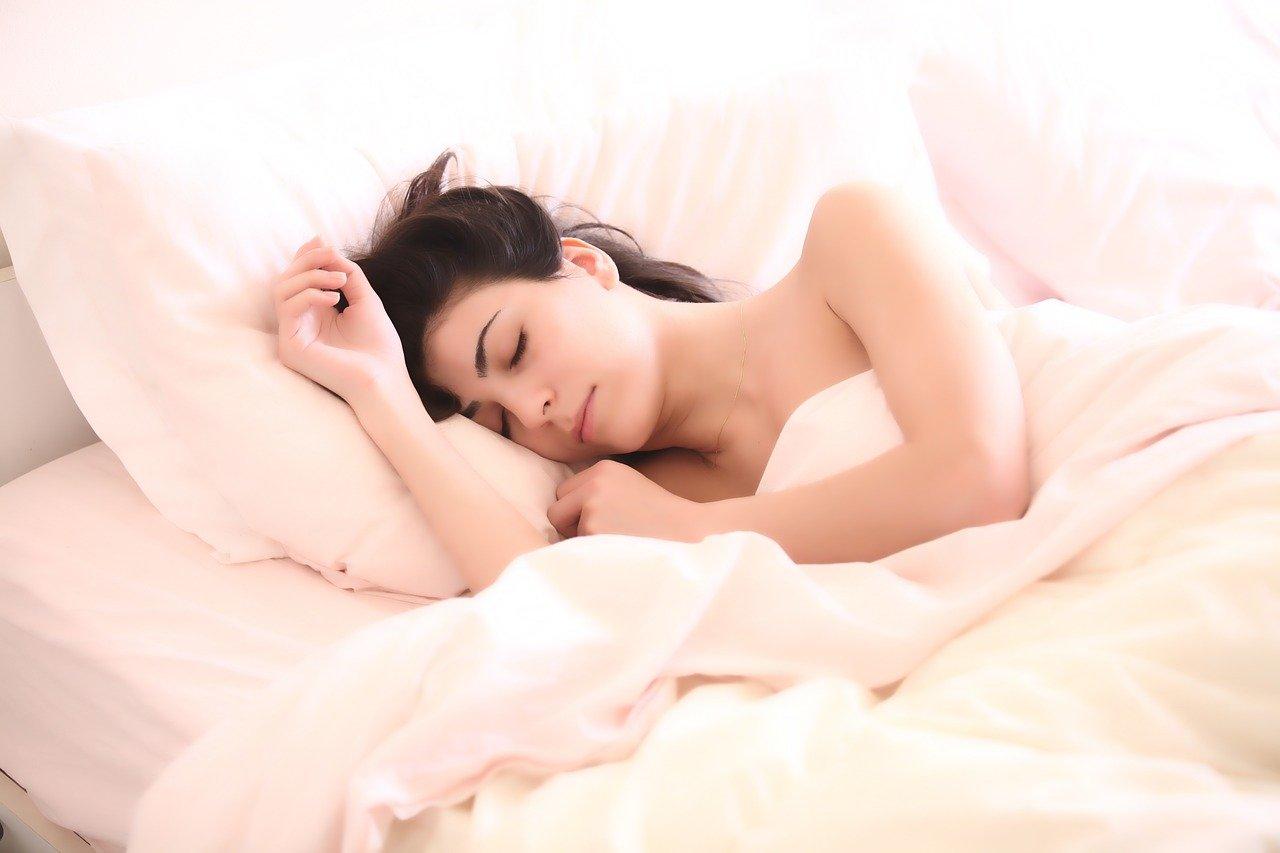 femme qui dort sous une couette chauffante
